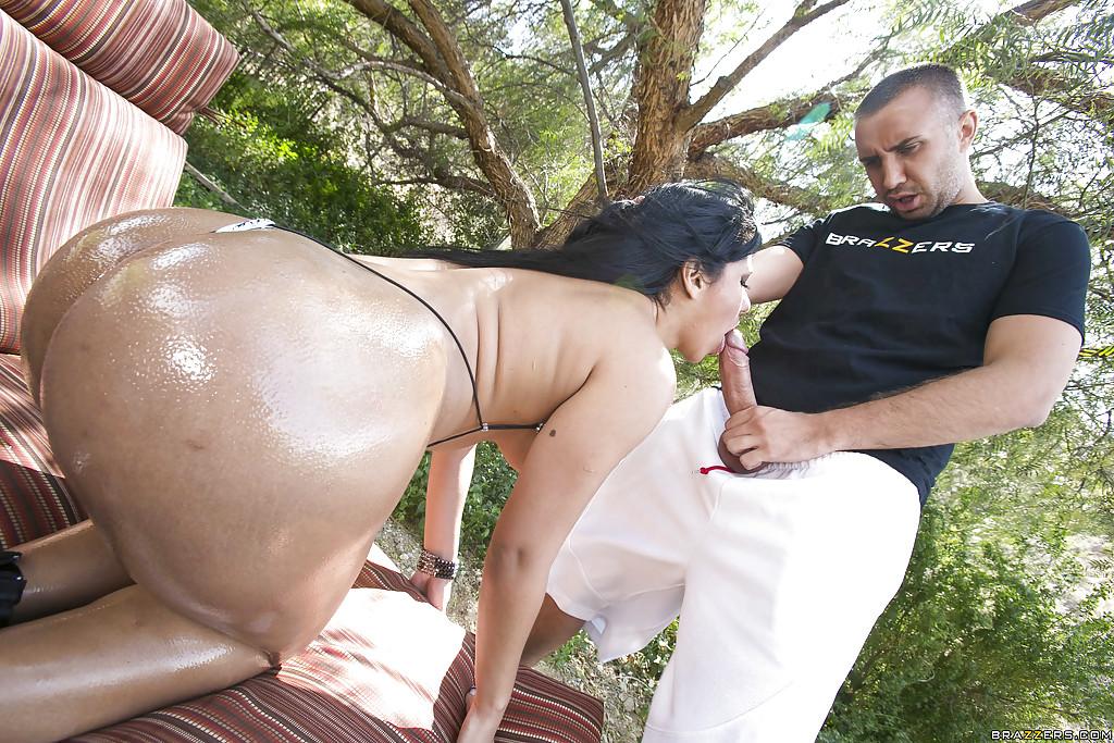 Показательный анальный секс с Rose Monroe на природе
