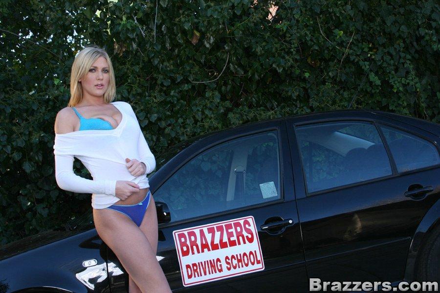 Блондинка возле машины показала сиськи и киску