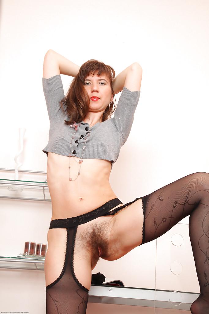 Тощая женщина с маленькими сиськами и волосатыми дырками
