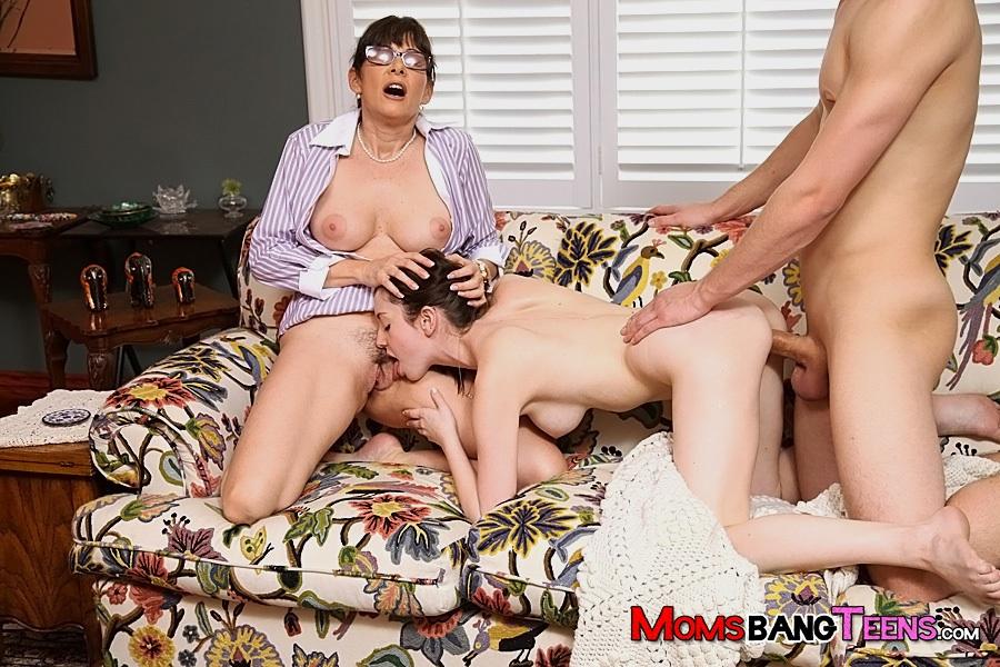 Парень трахается с молодой брюнеткой под присмотром зрелой бабы