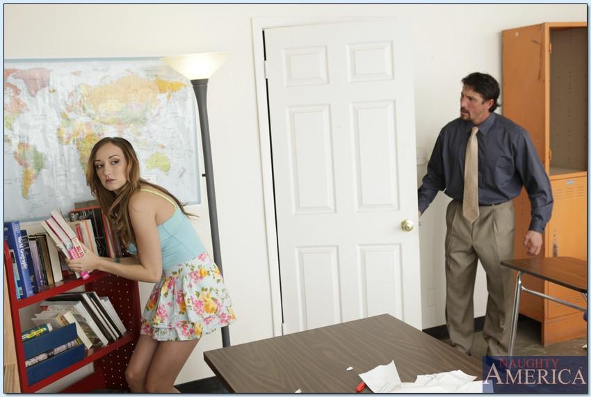 Молодка без проблем соблазнила зрелого преподавателя