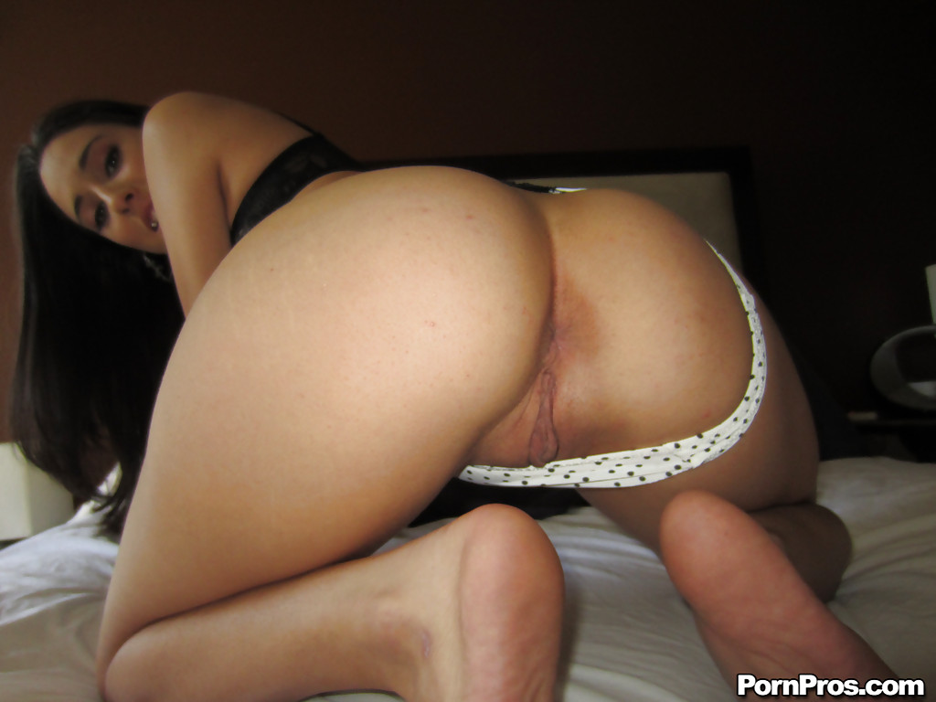 Молодая брюнетка мастурбирует промежность у себя дома