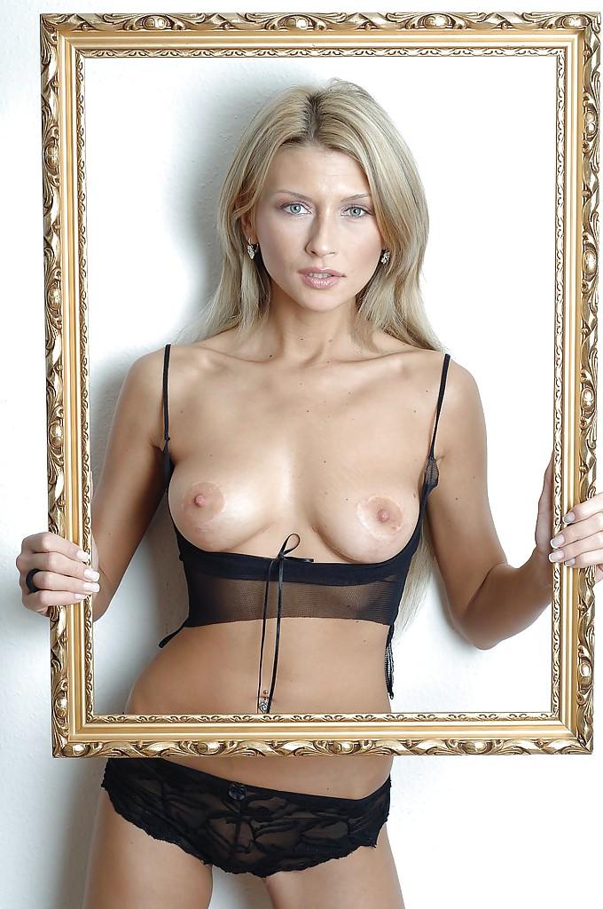 Фото сессия изумительной блондинки с красивой фигуркой
