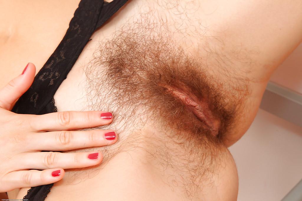 Зрелая брюнетка в чулках с волосатой промежностью