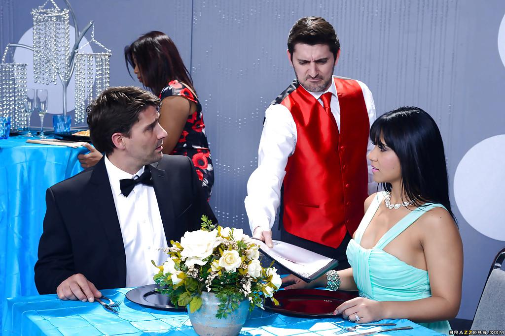 Половое сношение с латиноамериканкой Rose Monroe в ресторане