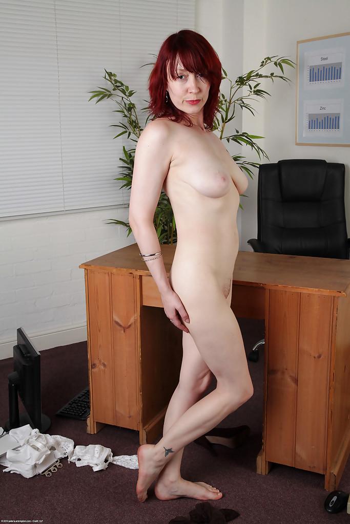 Рыжая начальница устроила мастурбацию в кабинете