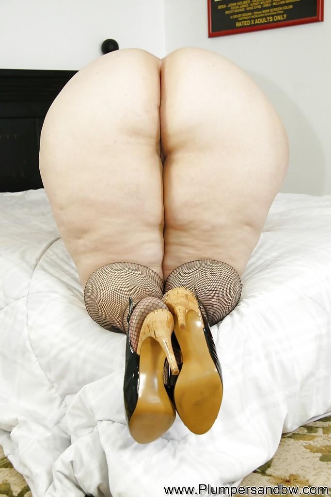 Толстая развратница гладит дырку между ногами