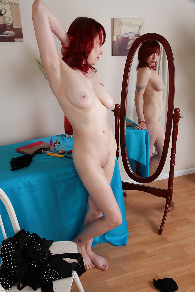 Рыженькая женщина хочет найти себе любовника