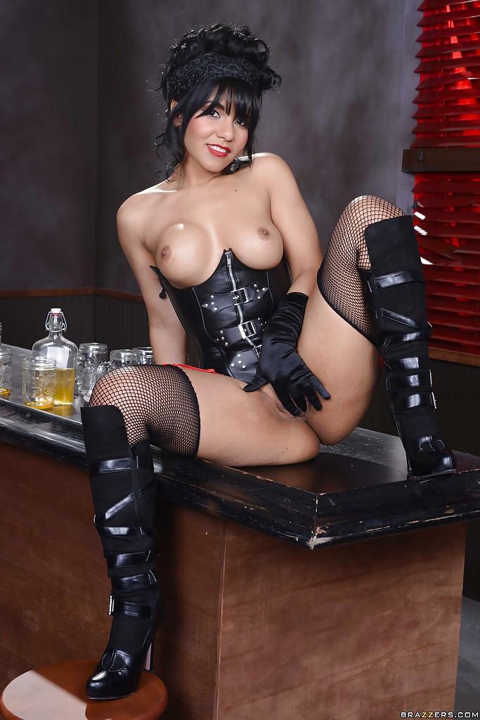 Красавица в сетчатых чулках и сапогах залезла на стол
