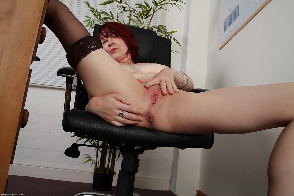 Рыжая баба мастурбирует дырки на работе
