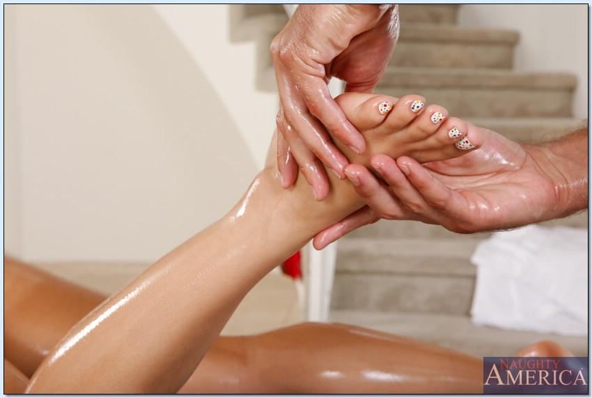 После массажа трахнул молоденькую клиентку в удобной позе