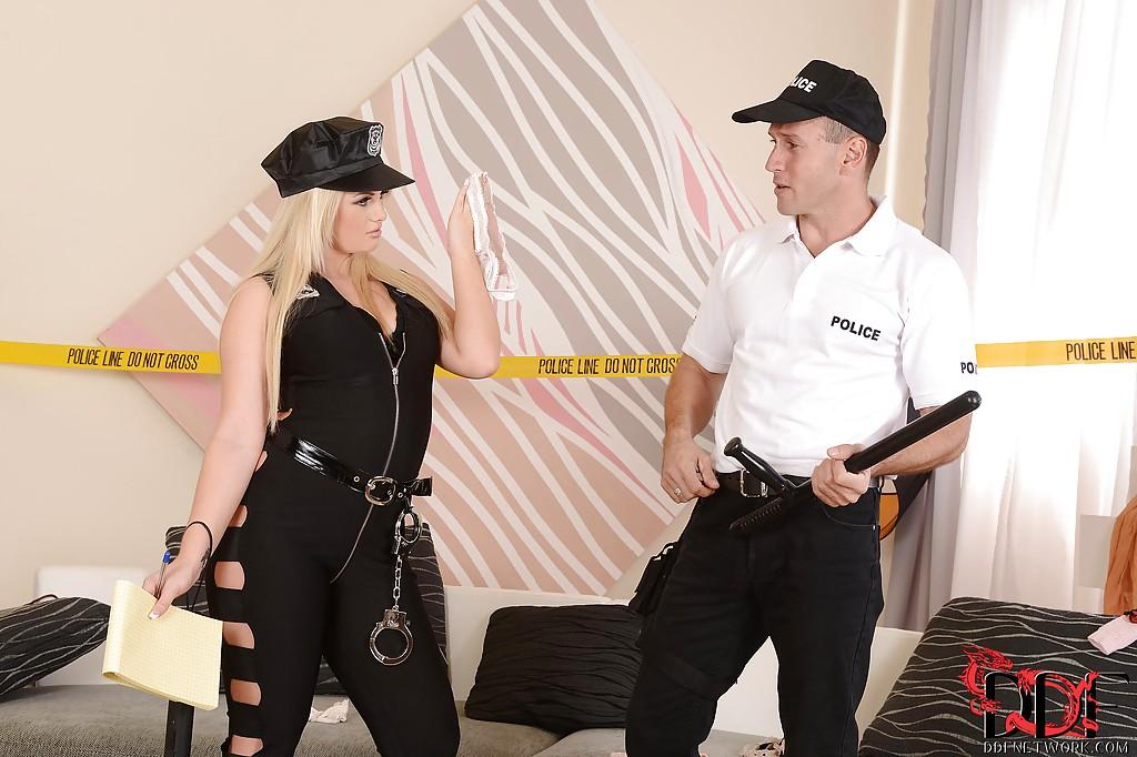 Полицейские занимаются шикарным сексом на диване