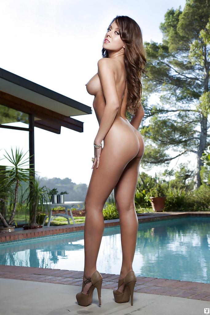 Потрясающая девушка с силиконовыми сиськами красиво позирует