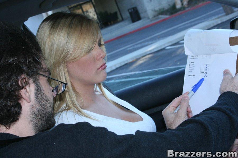 Возле машины блондинка Виктория дала себя трахнуть