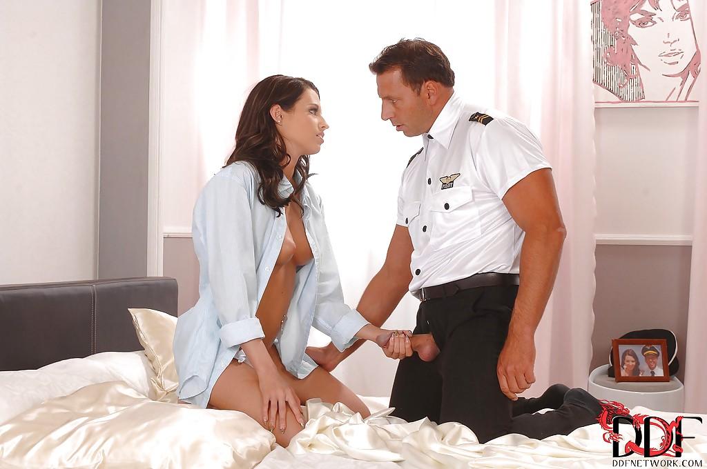 Влюбленные занимаются сексом на просторной кровати в спальне