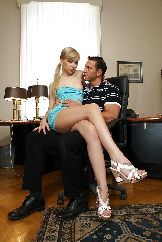 Тоненькая блондинка Sasha Rose дала даже в задницу