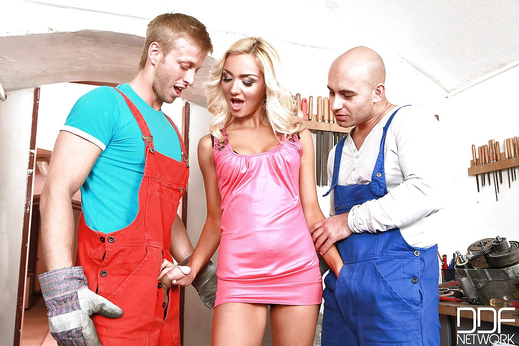 Длинноногая блондинка удовлетворила двух парней своим ротиком