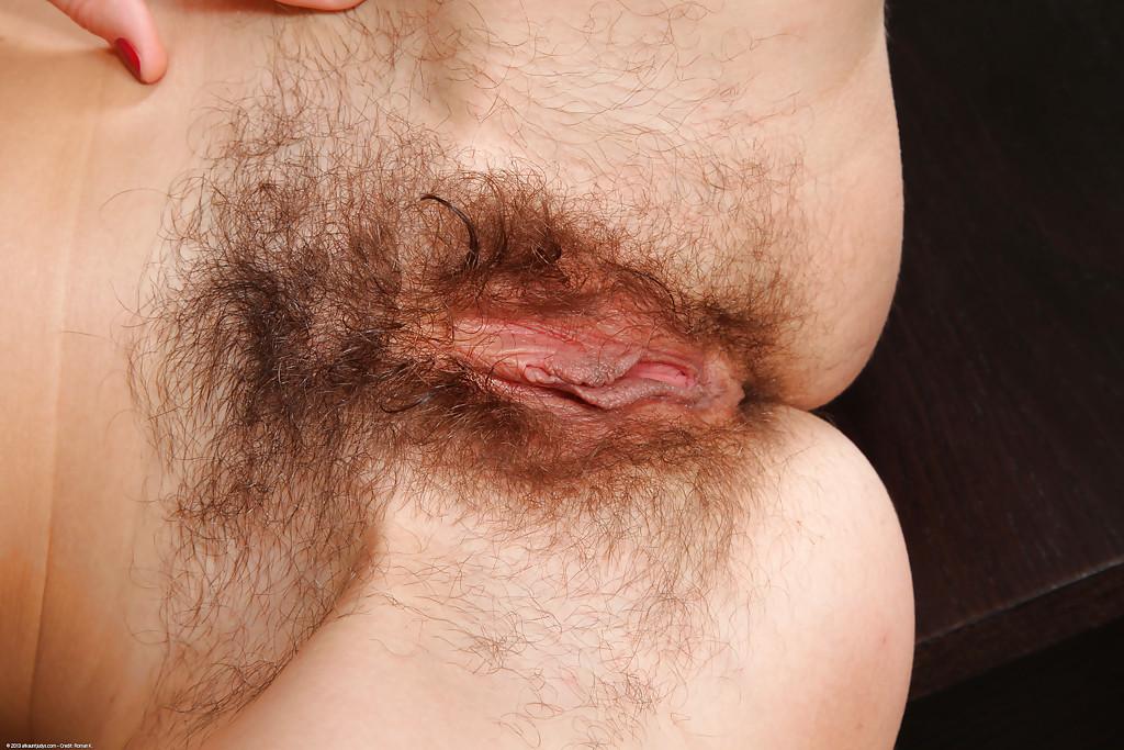 Сорокалетней брюнетке нравится выставлять напоказ волосатые дырки