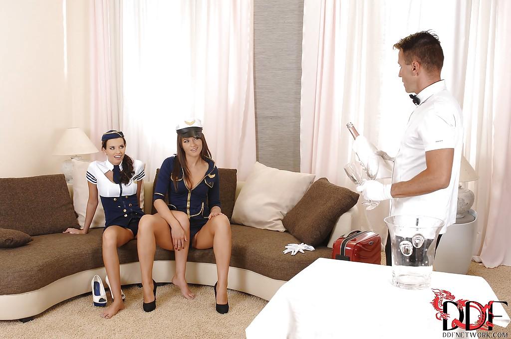 Горячее половое сношение с очаровательными стюардессами