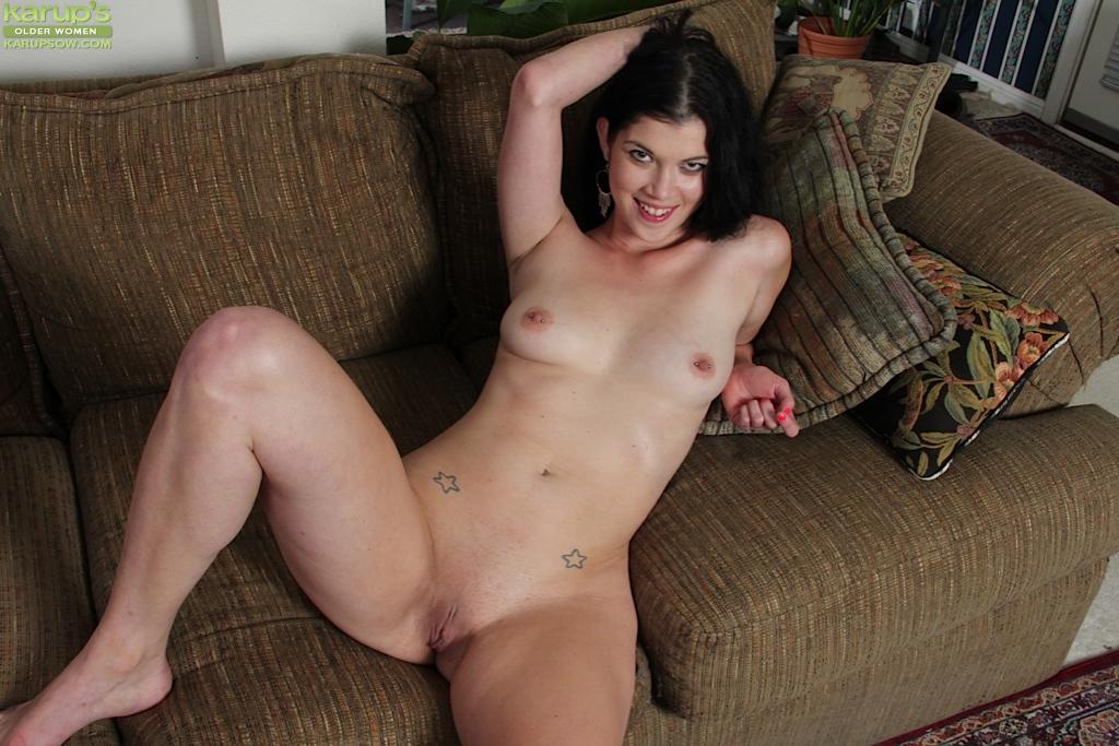 Улеглась на диван и нежно поводила пальцами по промежности