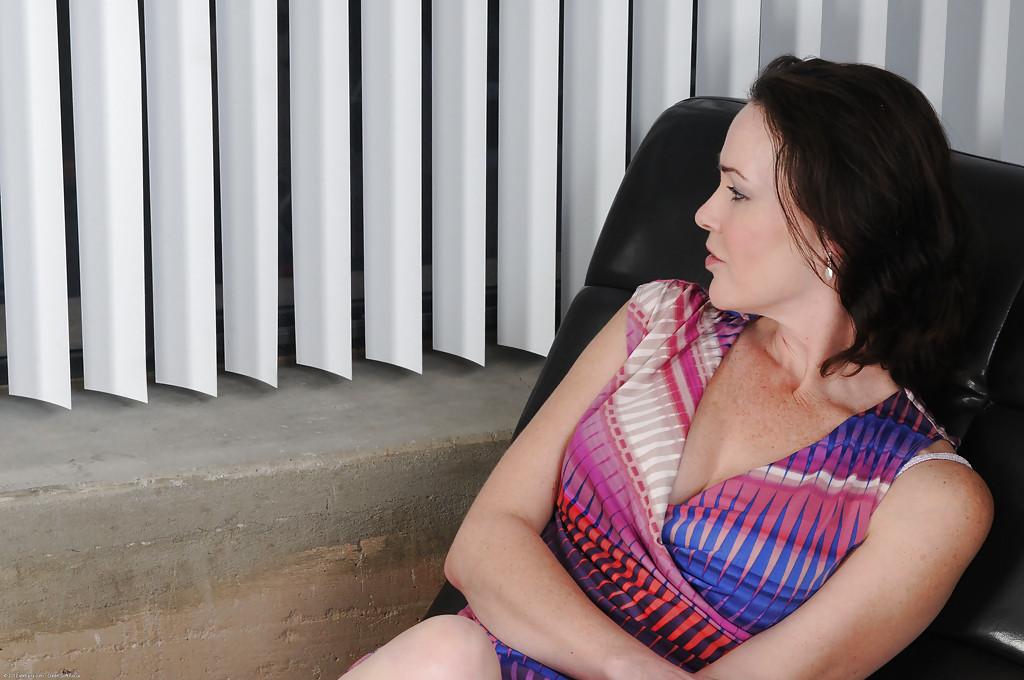 Женщина бальзаковского возраста показала волосатую промежность