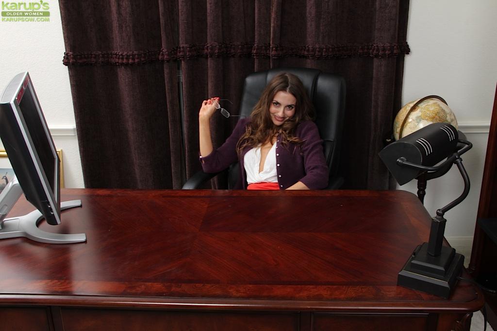 Секретарше стало скучно на работе и она начала раздеваться