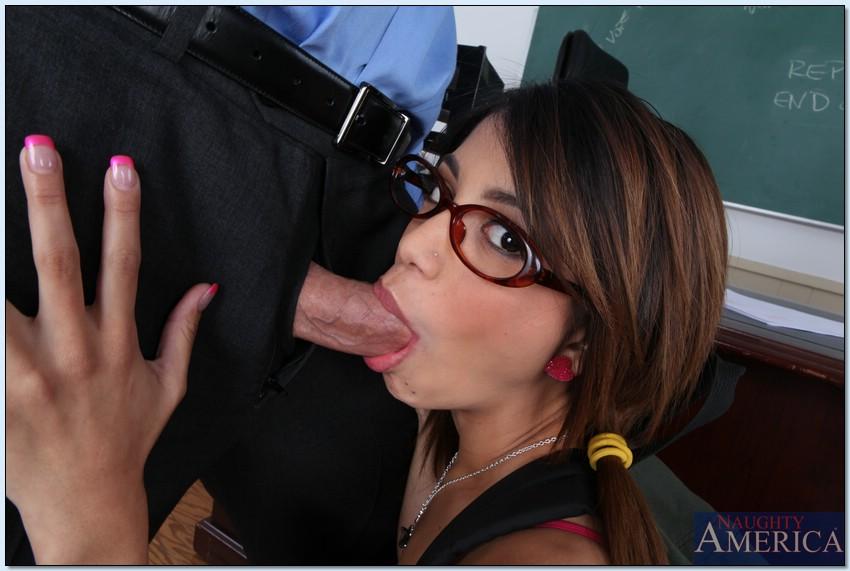 Студентка в очках делает минет преподавателю перед сексом