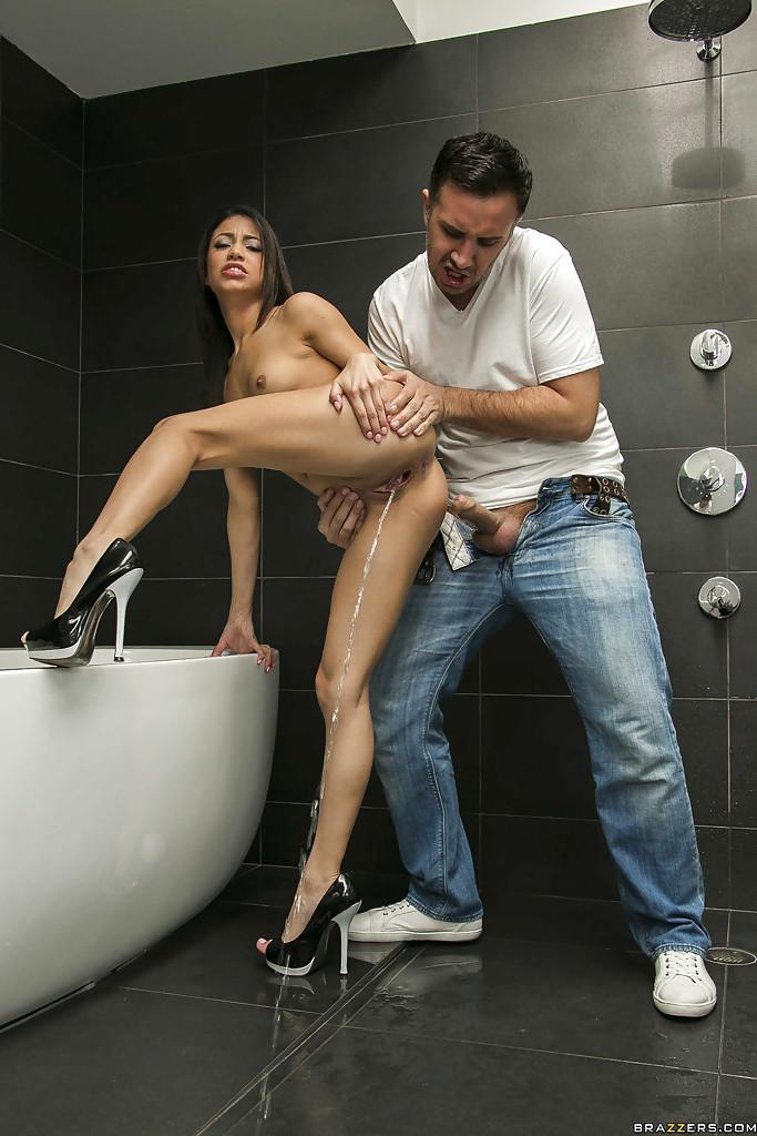 Оприходовал возбужденную молоденькую телку в ванной комнате