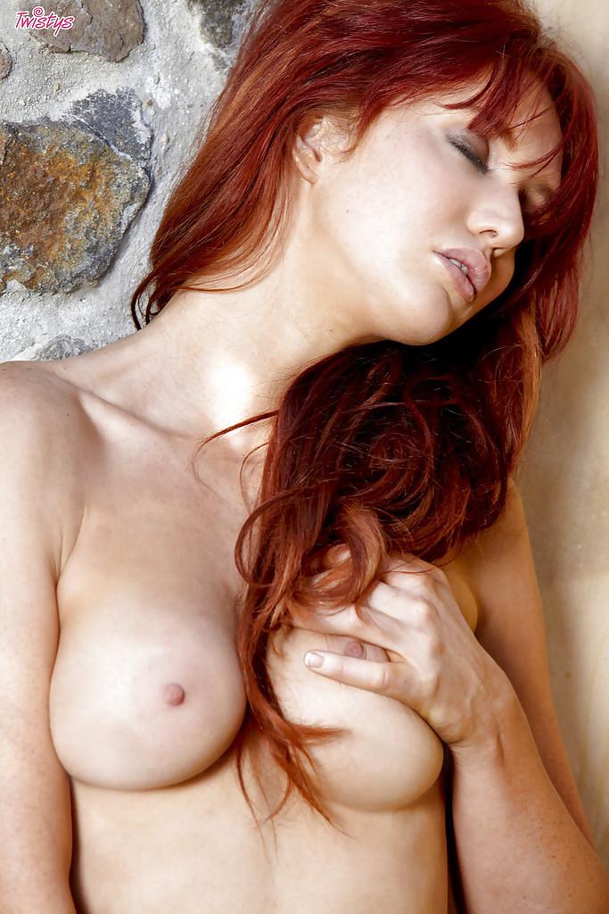 Рыжеволосая девушка мастурбирует гладко выбритую киску