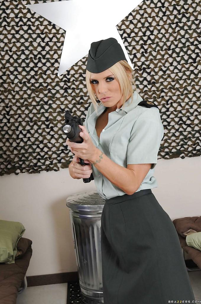 Соблазнительница в униформе хвастается великолепным телом
