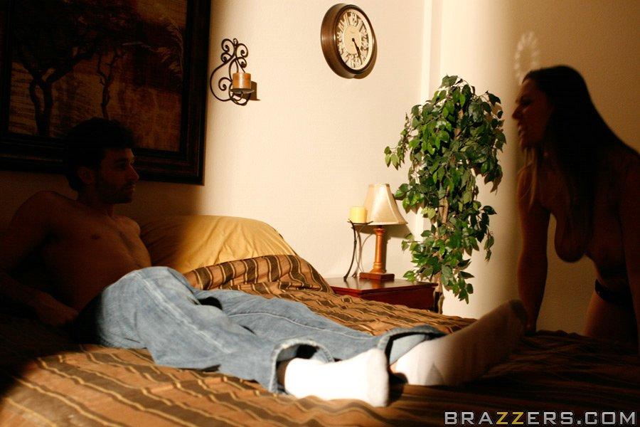 Супружеская пара развлекается в спальне на кроватке