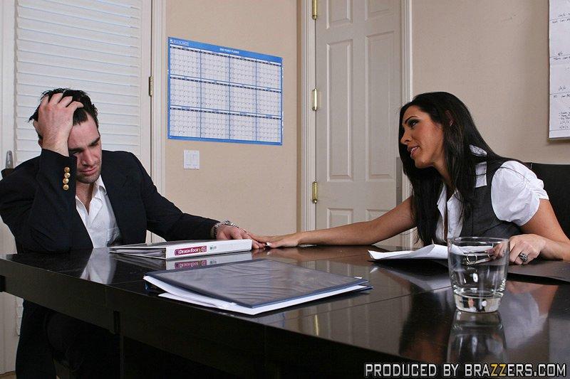 Хорошенькую женщину с большой грудью отымели в офисе