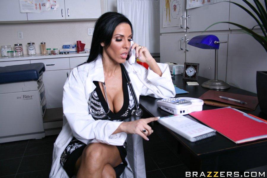 Горячая докторша сосет пенис и занимается классным сексом