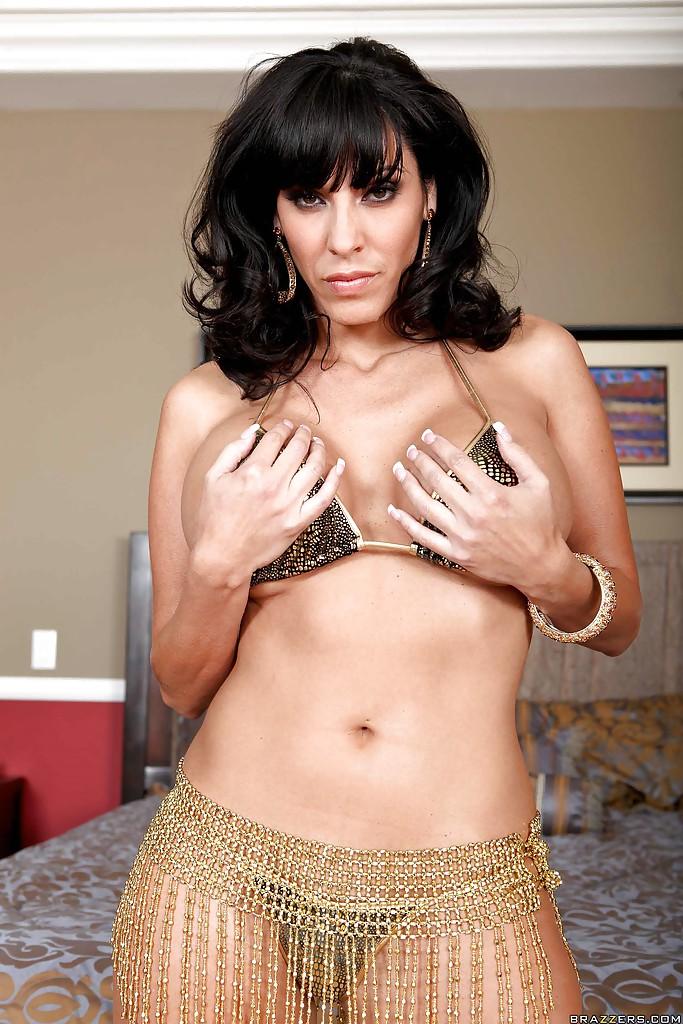Veronica Rayne показала большую грудь и аппетитную задницу