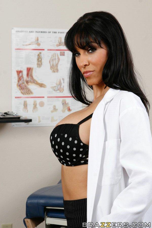 Докторша закрылась в палате и показала интимные зоны