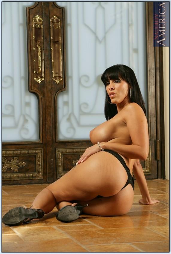 Великолепная женщина сексуально раздевается перед фотографом