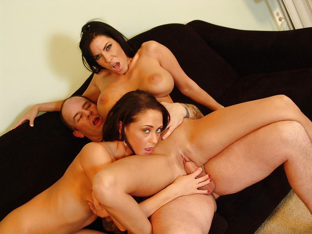 Парнишка угостил горячей спермой двух удовлетворенных девушек