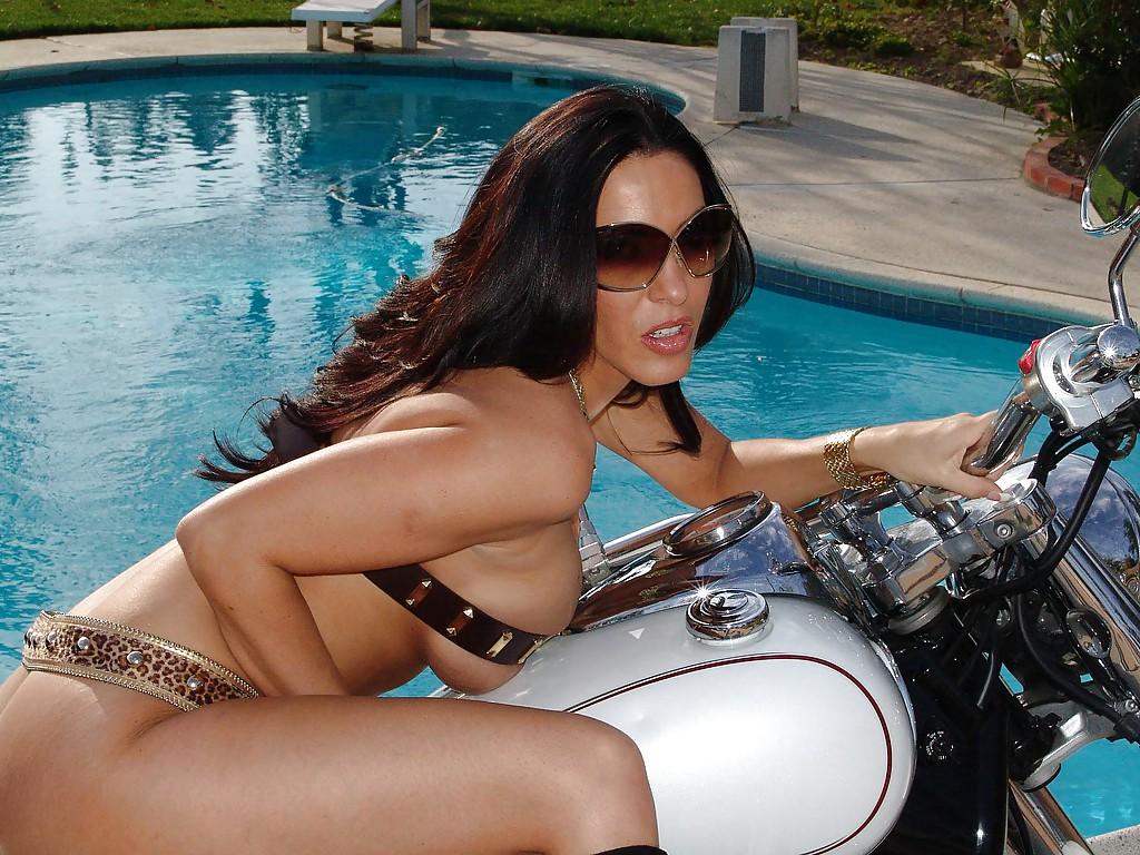 Фото сессия обнаженной грудастой милфы возле мотоцикла