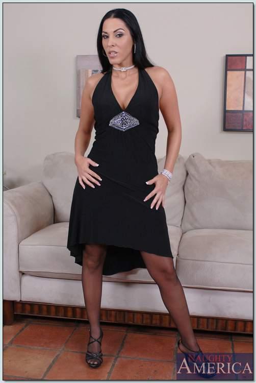 Сорокалетняя брюнетка в черном нижнем белье и в чулках
