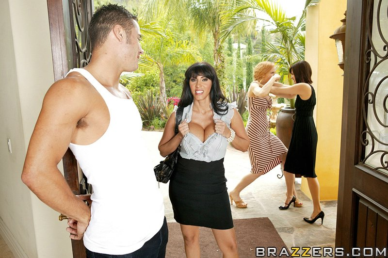 Женщина отсосала большой пенис перед совокуплением