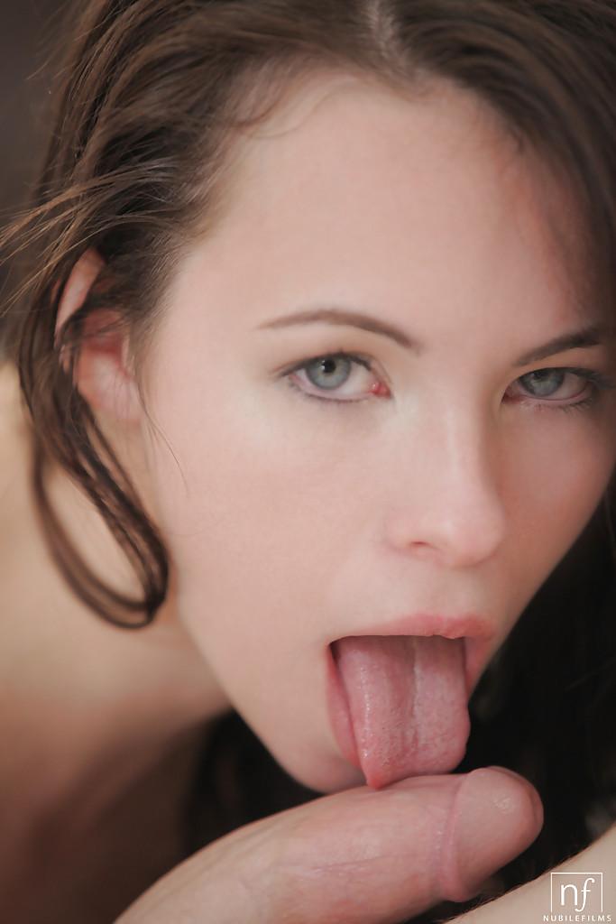 Перед вагинальным сексом молодка ласкает пенис пацана