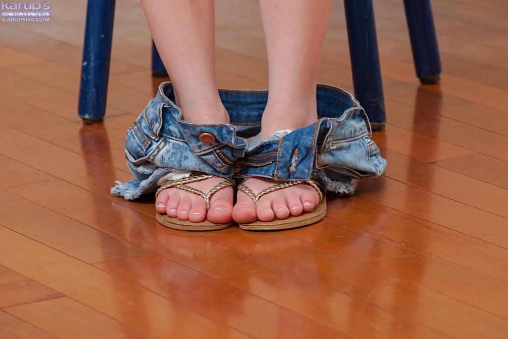 Обнаженная молодушка облизывает пальчики на ножках