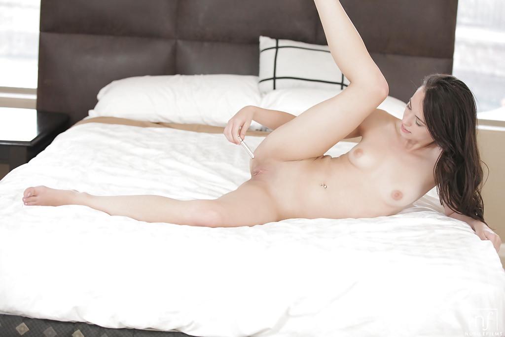 Нежная и чувственная мастурбация гладко выбритой вагины