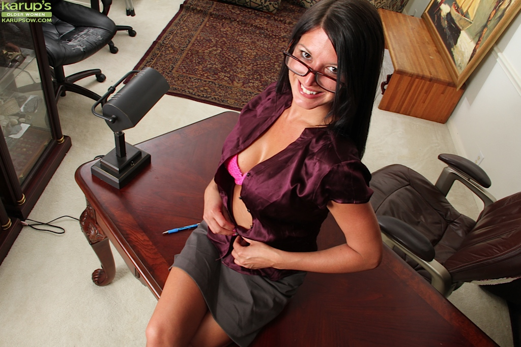 Улыбчивая начальница в очках лишилась одежды