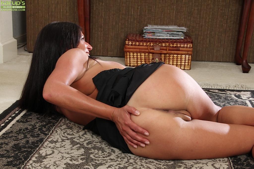 Немолодая брюнетка задирает ножки и показывает дырочки
