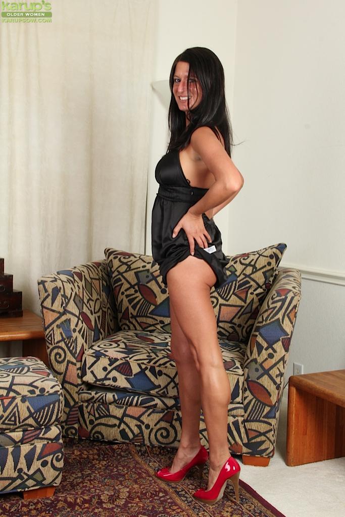 Похотливая мадам задирает ножки и светит сладкой киской