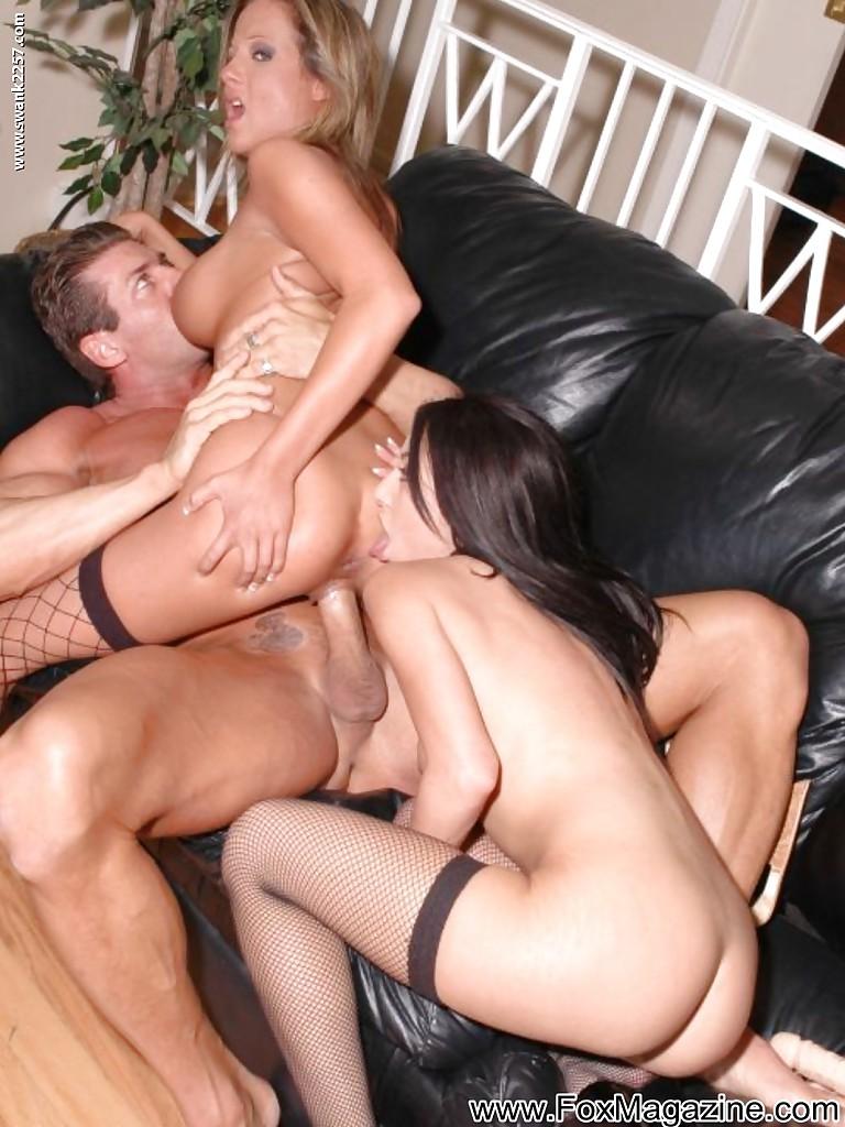 Мускулистый мужик развратничает с бисексуальными милашками