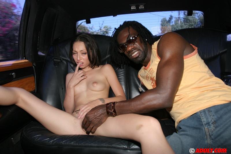 Отполировала здоровенный черный пенис в салоне автомобиля