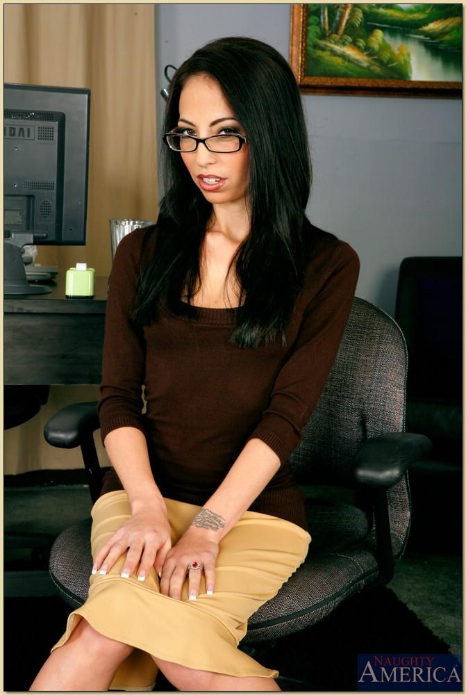 Худенькая секретарша в нижнем белье белого цвета