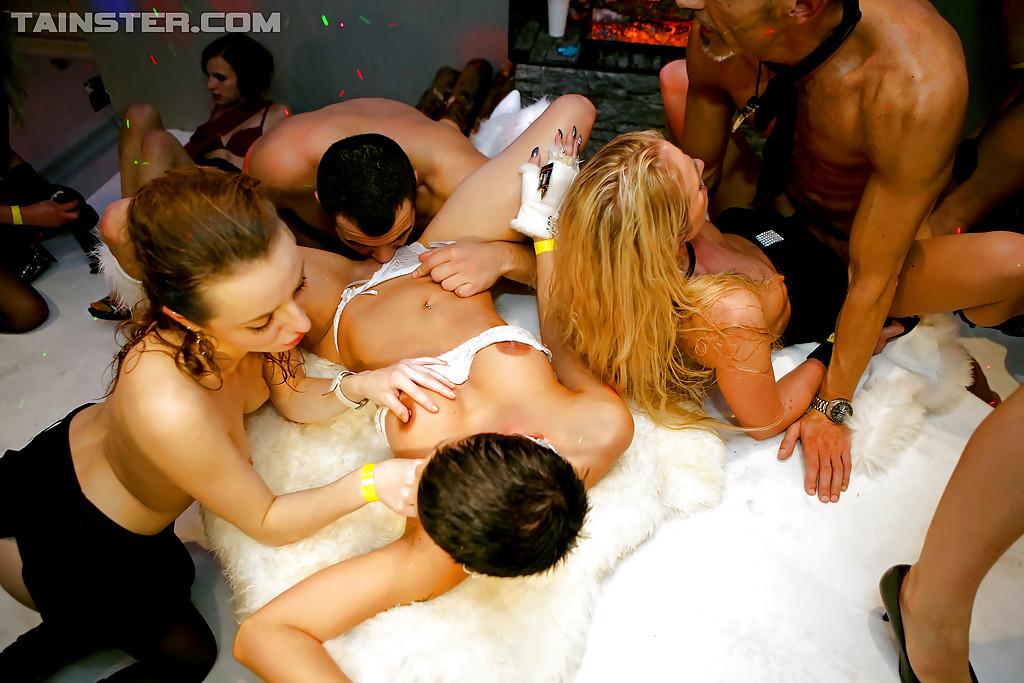 Групповое совокупление с незнакомыми девушками в клубе